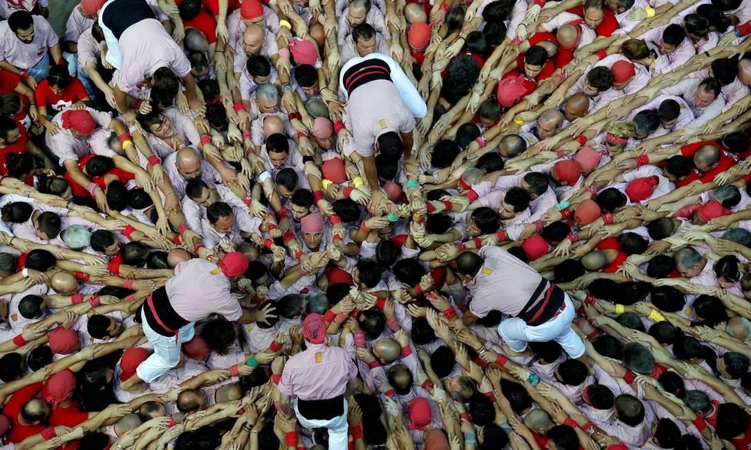 "Membros do grupo ""X. de Tarragona"" durante competição bienal de torres humanas em Tarragona Foto: ALBERT GEA / REUTERS"