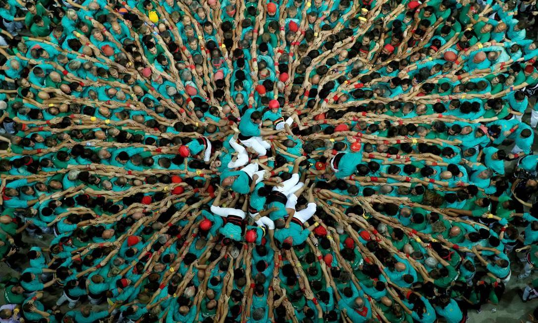 """Membros do grupo """"Castellers de Vilafranca"""" formam uma torre humana chamada """"castell"""" durante competição em Tarragona, Espanha, 7 de outubro de 2018. Foto: ALBERT GEA / REUTERS"""