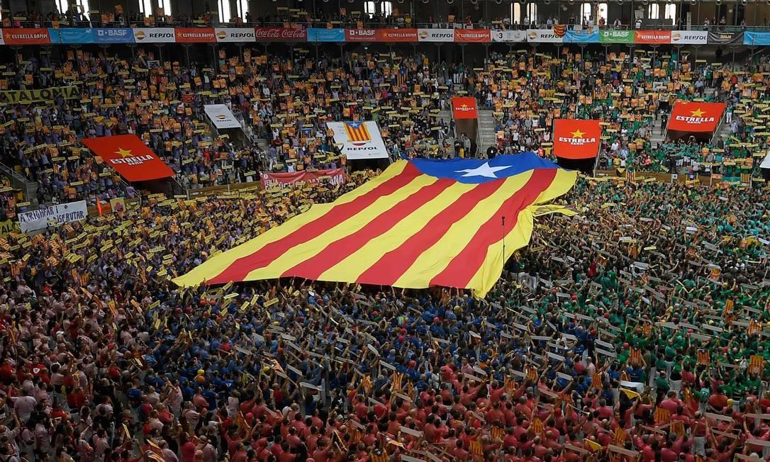 Uma grande bandeira pró-independência de Catlana durante a XXVII competição de castells (torres humanas) em Tarragona Foto: LLUIS GENE / AFP