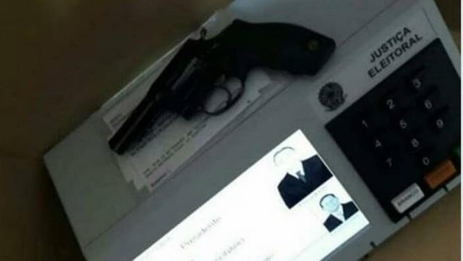 Internauta publicou e apagou foto com arma em cima de urna eletrônica Foto: REPRODUÇÃO/TWITTER