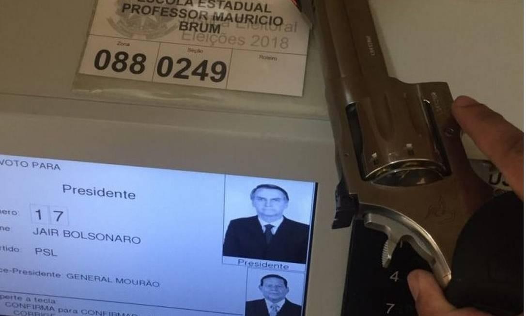 Eleitor publica foto com arma de fogo dentro da cabine de votação Foto: Reprodução