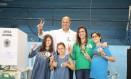 Wilson Witzel chegou pouco depois das 9h deste domingo no Grajaú Country Club, onde votou acompanhado da família Foto: Agência O Globo