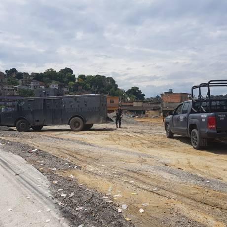 Blindado da PM e viatura do Core garantem segurança dos eleitores de Belford Roxo, na Baixada Fluminense Foto: Carolina Heringer / Infoglobo