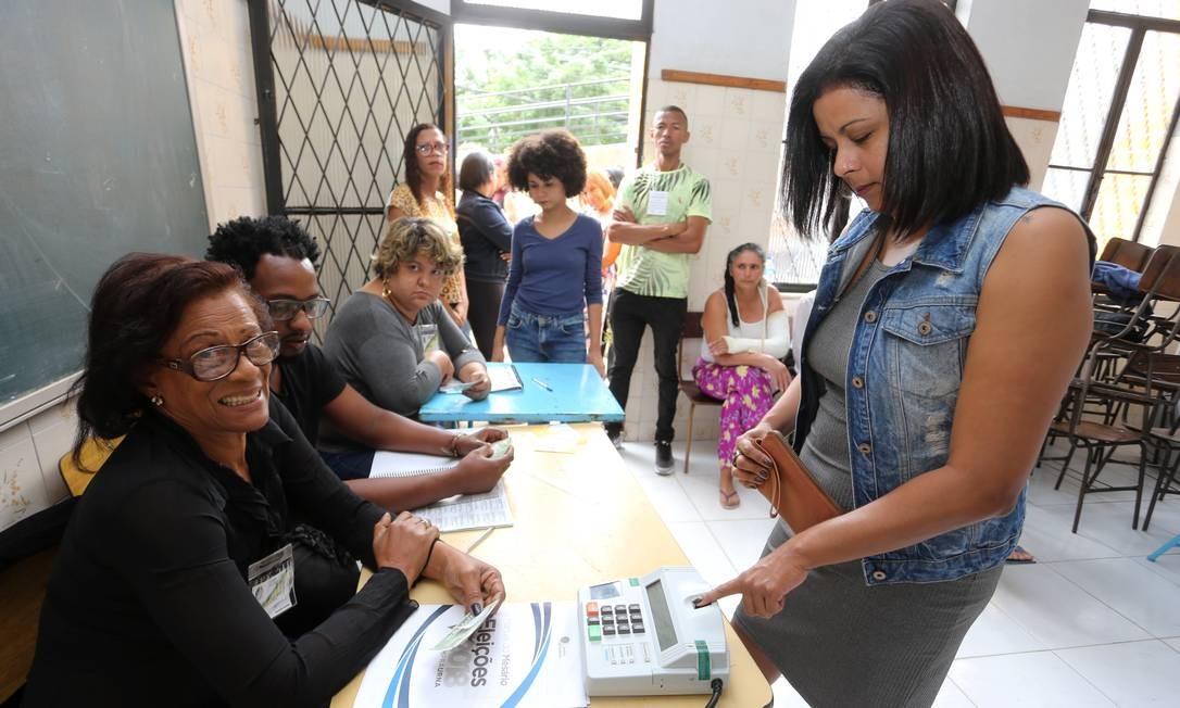 Eleitores votando com a biometria que é obrigatorio em Queimados Foto: Guilherme Pinto / Agência O Globo