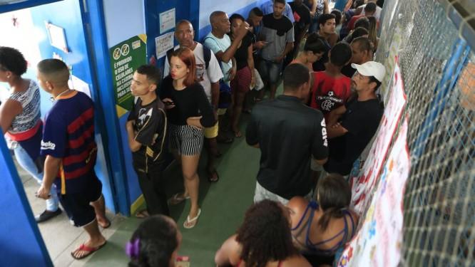 Fila para votação no Rio no primeiro turno das eleições de 2018 Foto: Roberto Moreyra / Agência O Globo