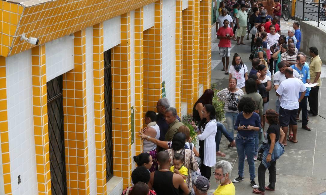 Seções da Paroqia Nossa Senhora da Conceição - Fila para votar Foto: Guilherme Pinto / Agência O Globo