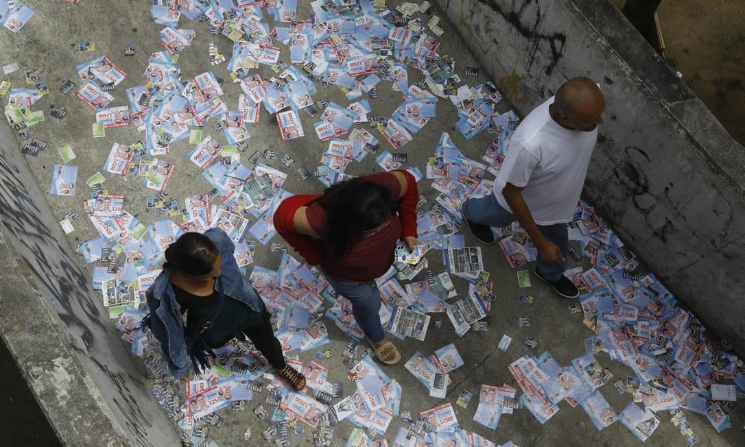 Santinhos espalhados no chão próximo a zona eleitoral na Rocinha. Foto: Custódio Coimbra / Agência O Globo