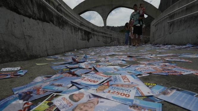 Um dos acessos à Rocinha na manhã neste domingo de eleições no país Foto: Custódio Coimbra / Agência O Globo