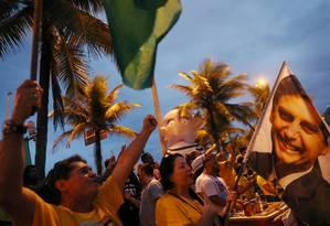 Apoiadores de Jair Bolsonaro (PSL) na portaria do condomínio do presidenciável na Barra da Tijuca, Zona Oeste do Rio Foto: RICARDO MORAES / REUTERS