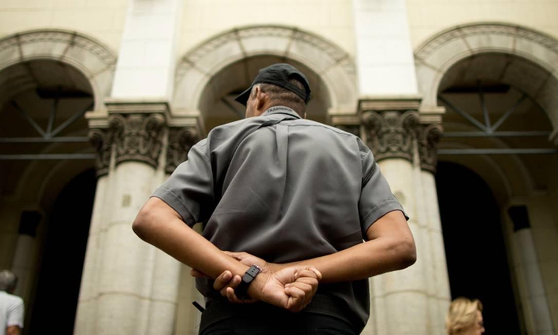 Homem observa a entrada da Igreja Nossa Senhora da Paz, em Ipanema Foto: Marcia Foletto / Agência O Globo