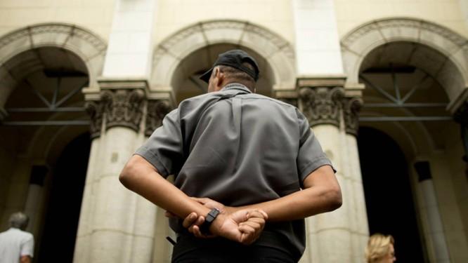 Homem observa a entrada da Igreja Nossa Senhora da Paz (RJ), em Ipanema Foto: Marcia Foletto / Agência O Globo
