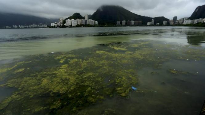 Lagoa Rodrigo de Freitas, amanheceu com mal cheiro e coloração esverdeada. Foto: Marcelo Theobald / Agência O Globo