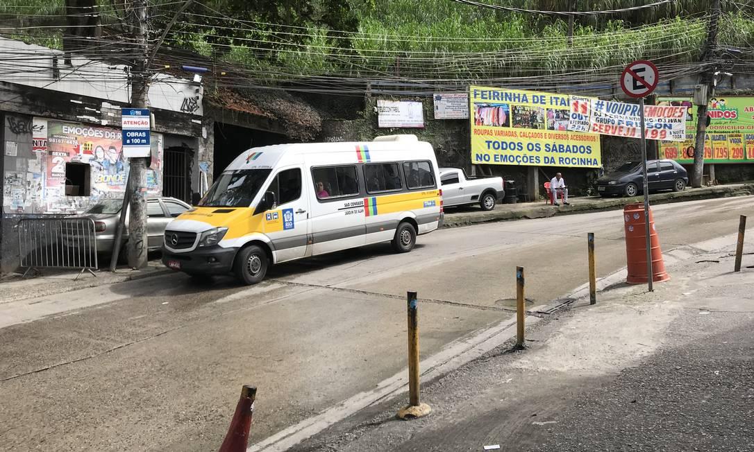 Van na Rocinha transporta eleitores de graça para local de votação em São Conrado e Fashion Mall Foto: Vera Araújo / Agência O Globo