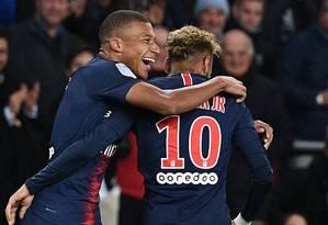 Kylian Mbappe e Neymar comemoram um dos quatro gols do PSG Foto: FRANCK FIFE / AFP