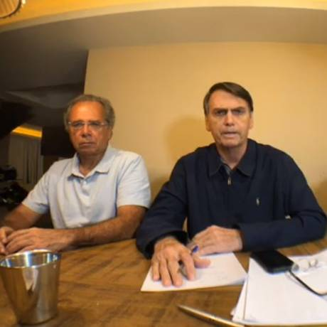 Jair Bolsonaro (PSL) fala a eleitores ao lado de Paulo Guedes após apuração do primeiro turno Foto: Reprodução/Facebook