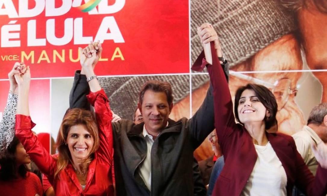 Fernando Haddad comemora ao lado da mulher, Ana Estela (esquerda), com quem está casado há 30 anos, e de Manuela D'Ávila (PCdoB), vice da sua chapa Foto: Marcos Alves - Agência O Globo