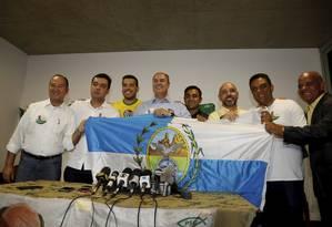 O candidato ao governo do Rio Wilson Witzel (ao centro) Foto: Marcos Ramos / Agência O Globo
