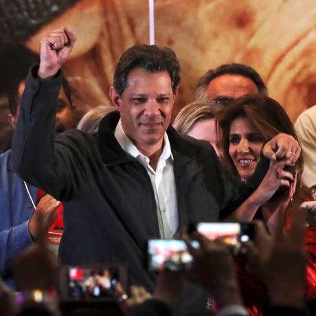 Fernando Haddad celebra ida ao segundo turno, em São Paulo Foto: Paulo Whitaker / REUTERS