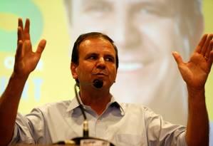 O candidato a governador Eduardo Paes durante coletiva de imprensa no Novotel, no Rio Foto: Domingos Peixoto / Agência O Globo