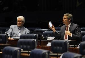 Na foto, Lindbergh Farias (PT-RJ) ao lado de Roberto Requião (PMDB-PR), durante sessão do Senado Foto: Givaldo Barbosa / Agência O Globo