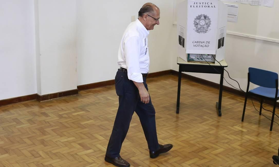 Caminho incerto. Alckmin na seção eleitoral, na zona sul da capital paulista: mau desempenho dele acirra divisão do PSDB. Para tucanos, o partido 'virou pó' Foto: Edilson Dantas / Edilson Dantas