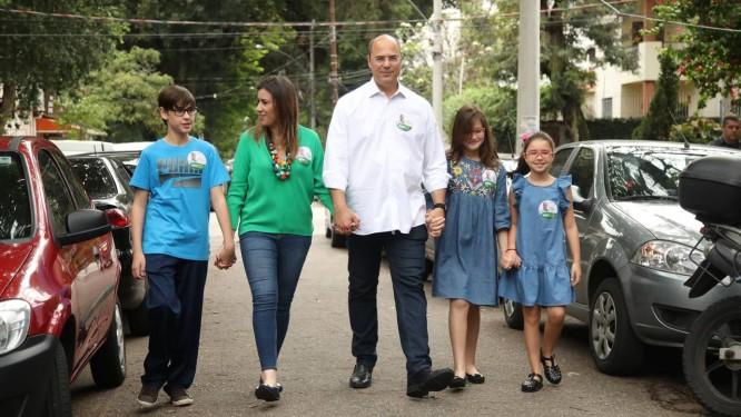 Witzel chega para votar no Grajaú, na Zona Norte, com a mulher e os filhos: amigos montaram uma corrente nas redes sociais para pedir votos Foto: Agência O Globo