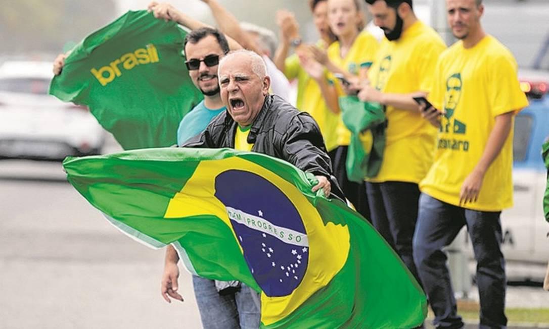 Eleitores de Bolsonaro em frente ao condomínio do candidato do PSL Foto: Gabriel de Paiva