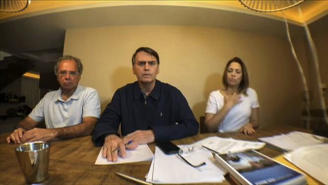 Bolsonaro durante seu discurso após o anúncio de que concorreria ao segundo turno da Presidência Foto: Reprodução / AFP