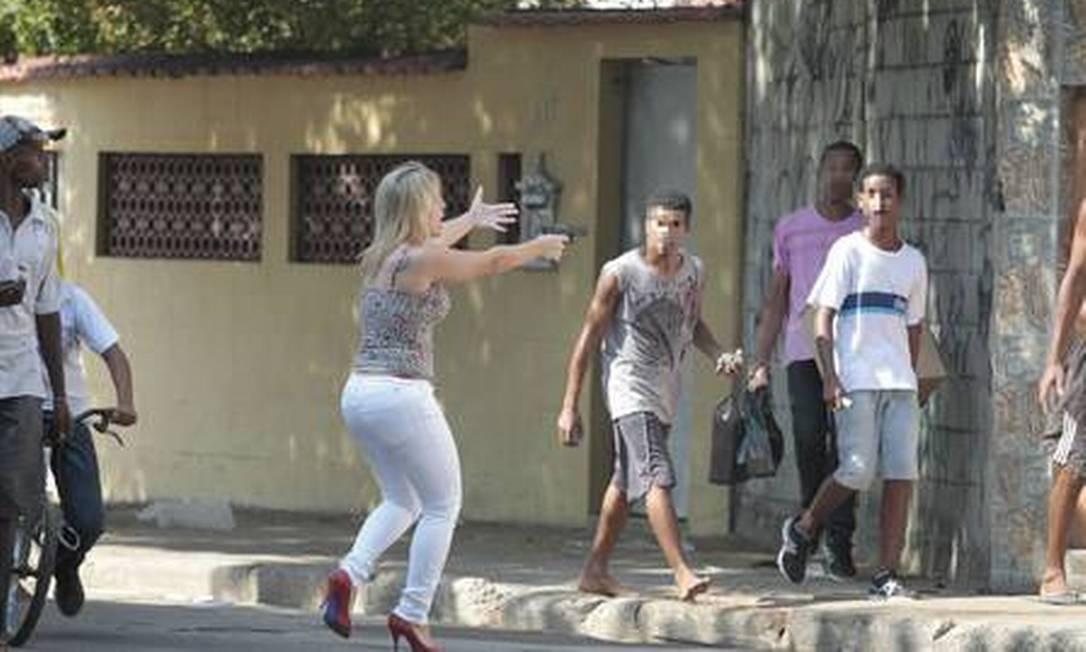 A loira com a arma nas mãos Foto: A loira com a arma nas mãos