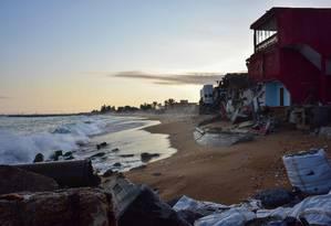 Imagem de agosto de 2018 mostra hotel destruído pelo avanço do mar em Abidjan, na Costa do Marfim Foto: ISSOUF SANOGO / AFP