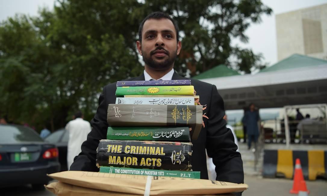 Advogado que representa autores de ação contra Asia Bibi mostra publicações que utilizou para basear seu pedido de pena de morte contra a cristã Foto: AAMIR QURESHI / AFP
