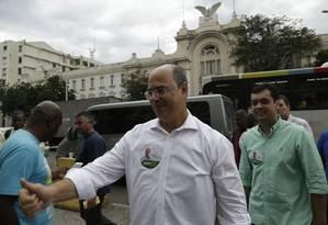 O candidato ao governo Wilson Witzel (PSC) agradece aos eleitores na Central do Brasil Foto: Gabriel Paiva / Agência O Globo