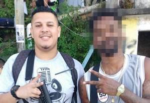 Willian Preciliano (à esquerda) posou com réplica de fuzil durante filmagem de filme. Parentes do jovem dizem que PMs, após verem imagem, reconheceram rapaz como autor de ataque à UPP do Morro dos Prazeres Foto: Divulgação