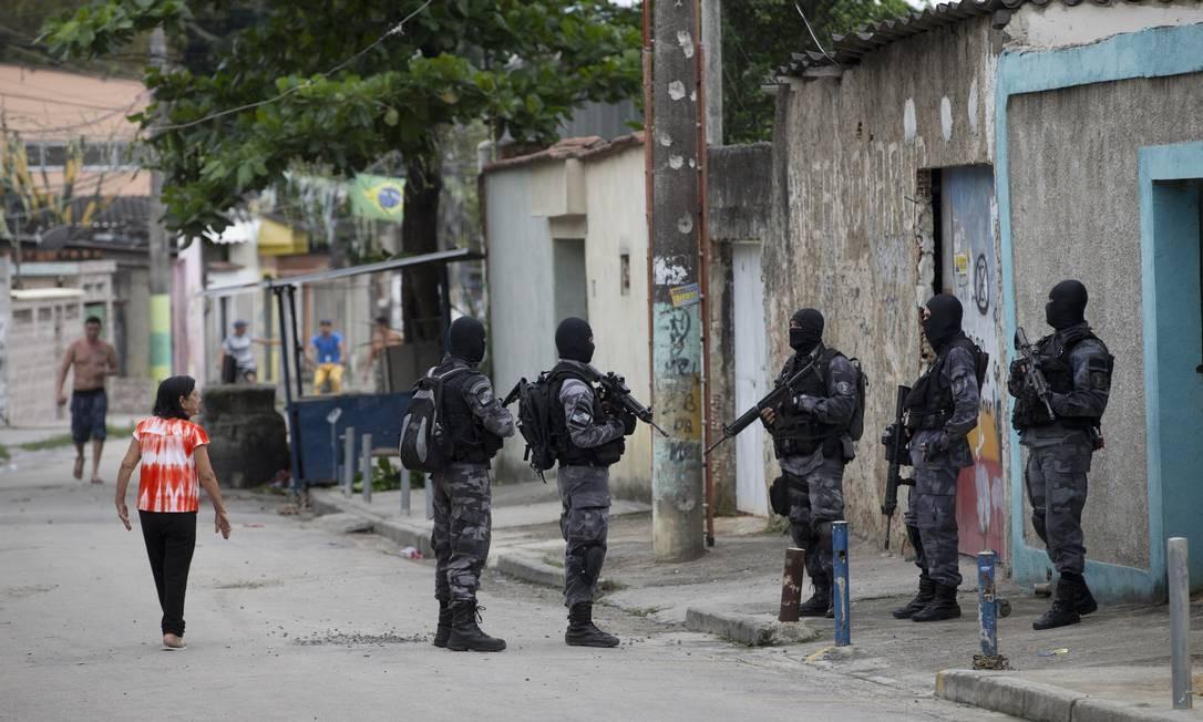 Policiais do Batalhão de Operações Especiais (Bope) e do Batalhção de Choque estão atuando na comunidade Foto: Márcia Foletto / Agência O Globo