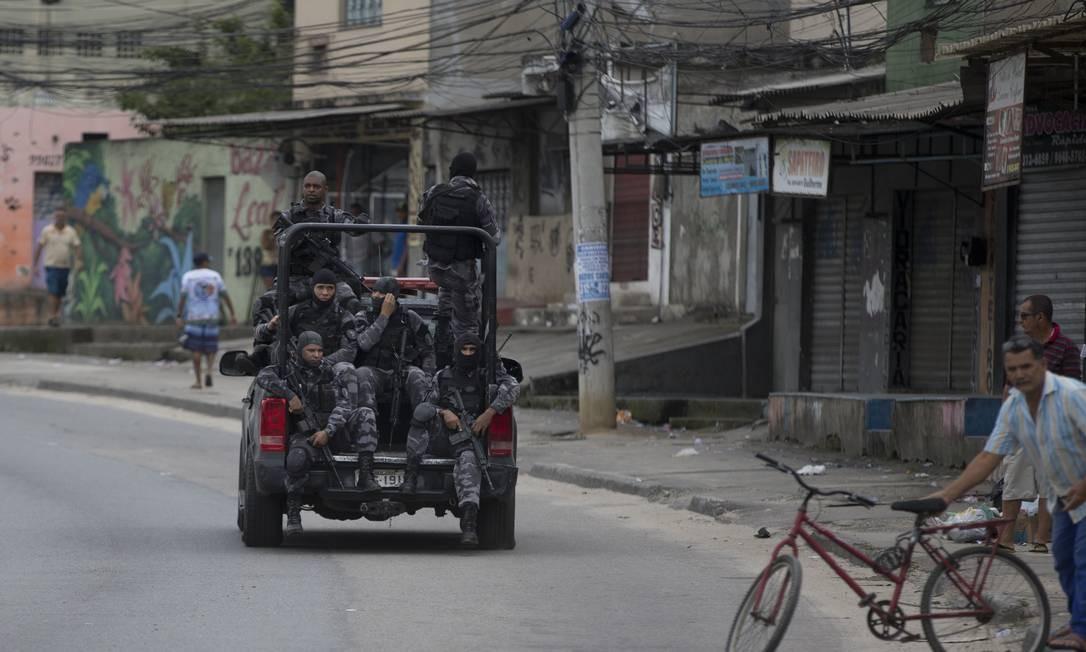Policiais do Batalhão de Choque circulam pela Avenida Cesário de Melo. Márcia Foletto / Agência O Globo