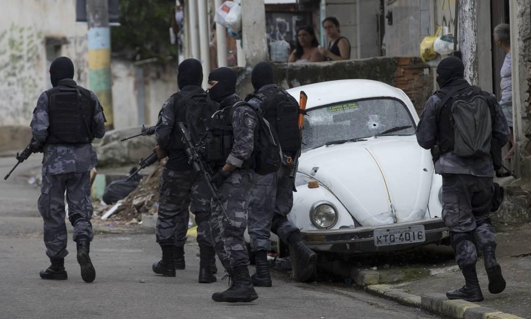 Policiais militares fazem operação na Favela da Rola, em Santa Cruz, onde esta madrugada a milicia tentou tomar o comando do tráfico Márcia Foletto / Agência O Globo