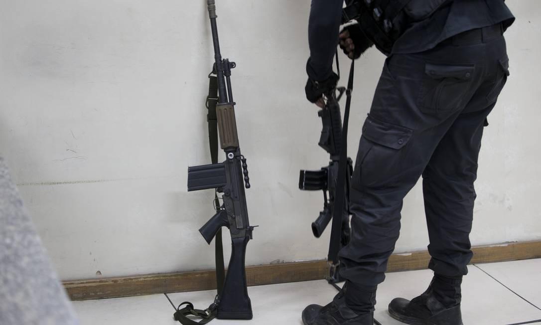 Dois fuzis apreendidos na operação Foto: Márcia Foletto / Agência O Globo