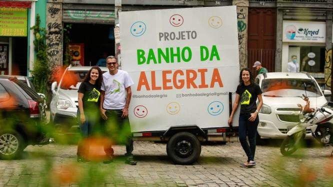 Projeto social oferece banho gratuitos à população de vulnerabilidade social-econônima carioca Foto: Brenno Carvalho / Agência O Globo