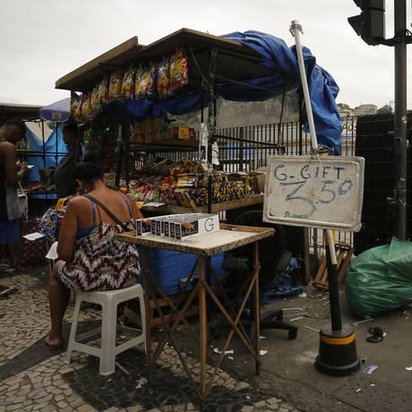 Camelô vende cigarro ilegal na Central do Brasil Foto: Pablo Jacob / Agência O Globo
