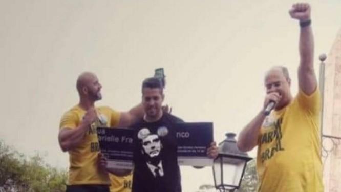 Daniel Silveira (à esquerda), Rodrigo Amorim (ao centro, com a placa quebrada) e Wilson Witzel (à direita) em comício realizado na cidade de Petrópolis, na Região Serrana do Rio Foto: Reprodução