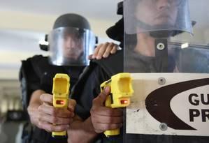 Agentes em treinamento com equipamento que chegou a ser usado em 2009 Foto: Márcia Foletto / Agência O Globo