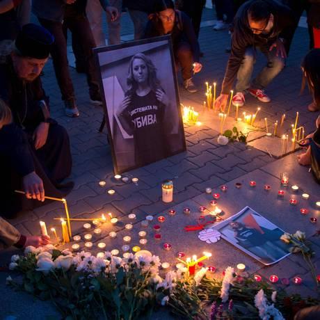 Pessoas homenageiam Viktoria Marinova, jornalista morta brutalmente após participar de revelação de esquema de corrupção Foto: NIKOLAY DOYCHINOV / AFP