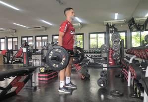 Em recuperação, Diego faz musculação no Ninho do Urubu Foto: Reprodução/Twitter @Flamengo