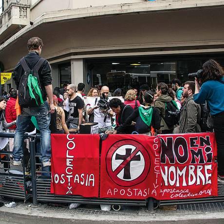 Integrantes do grupo No en Mi Nombre fazem manifestação contra a Igreja Católica no centro de Buenos Aires Foto: Andres Miñones