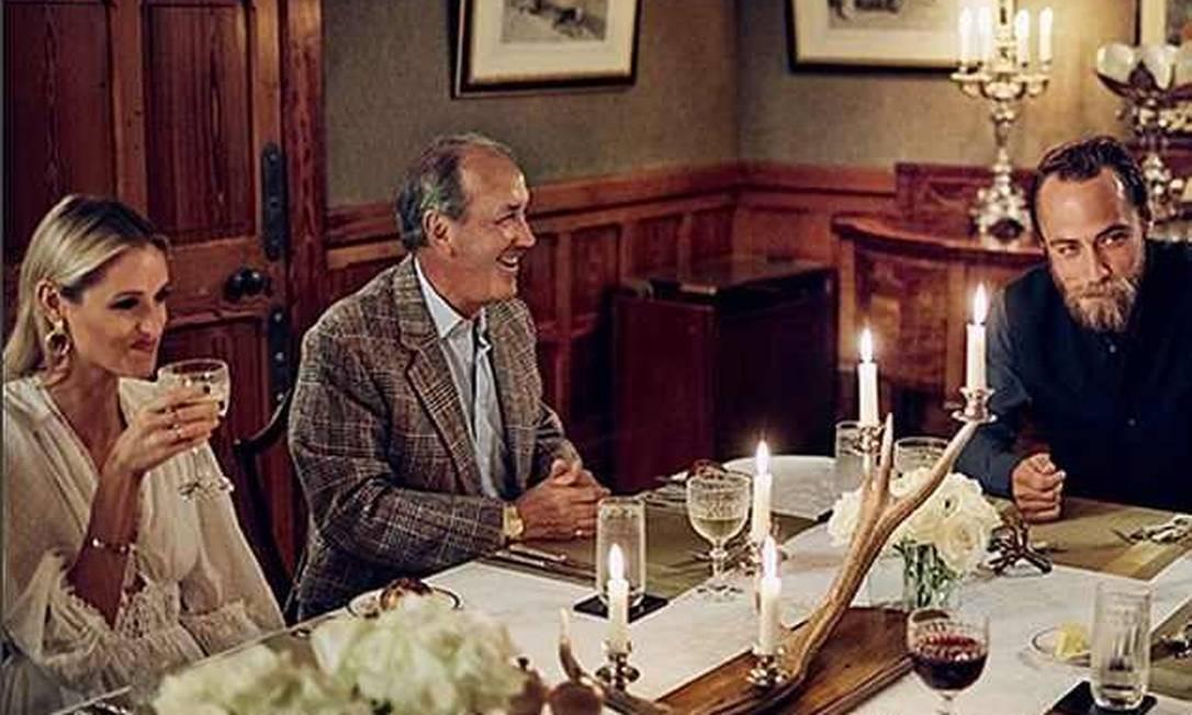 Imagem retirada de peça de promoção do Glen Affric Lodge, na Escócia, mostra James Middleton em um jantar com hóspedes Foto: Reprodução