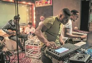 Em primeiro plano, o americano Needlz (de verde) e o francês Dany Synthé, acompanhados pelo brasileiro Pretinho da Serrinha (ao cavaquinho), num 'song camp' em agosto, em São Paulo Foto: Breno Wallace / Divulgação