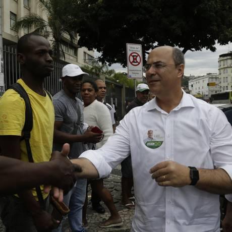 O candidato ao governo Wilson Witzel (PSC) agradece aos eleitores na Central do Brasil Foto: Gabriel Paiva / Gabriel Paiva