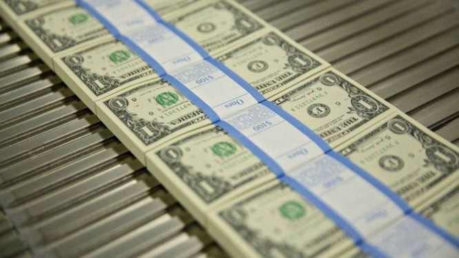 Pacotes com cédulas de dólar, a moeda oficial dos Estados Unidos Foto: Bloomberg News