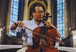 Yo Yo Ma toca na igreja de São Nicolau, em Leipzig, na Alemanha, onde há três séculos Johann Sebastian Bach apresentou a 'Paixão Segundo São João' pela primeira vez Foto: MUSTAFAH ABDULAZIZ / NYT