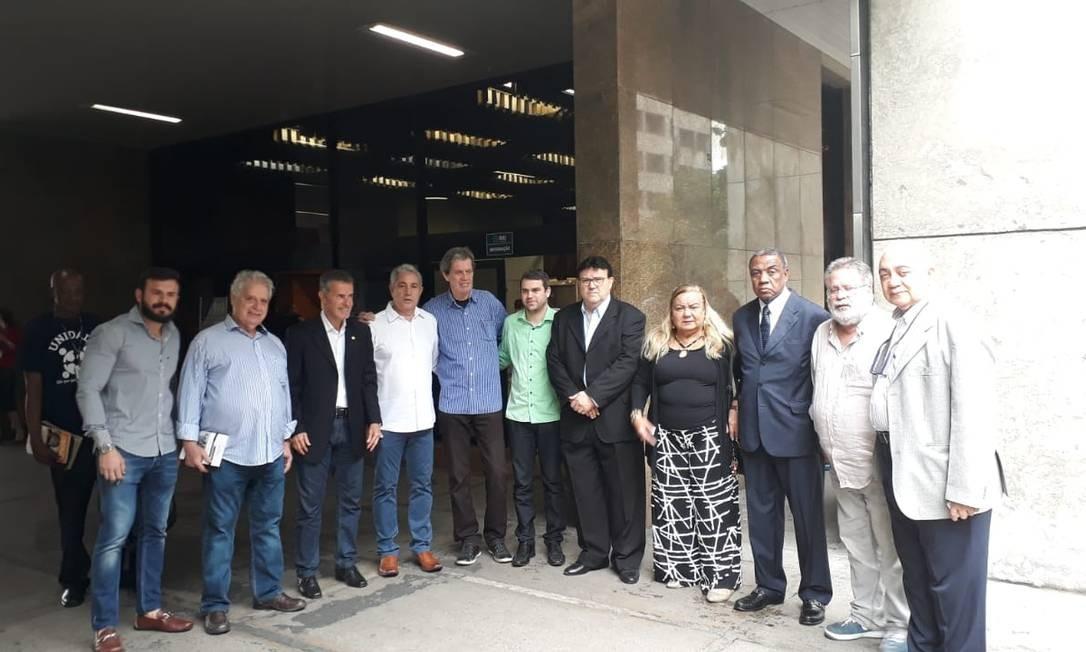 Representantes das escolas de samba do Grupo Especial, entre eles Viradouro, Portela, Mangueira e Mocidade. À direita, Elmo José dos Santos, diretor de carnaval da Liesa Foto: Madson Gama / Agência O Globo
